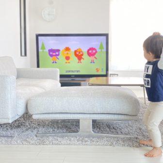 YouTubeをみて身体を動かす子ども